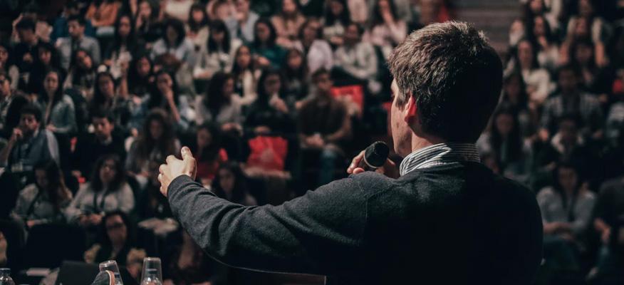 Huấn luyện viên diễn thuyết trước đám đông