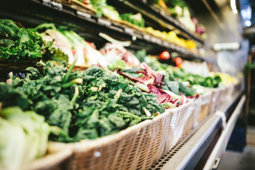 bày bán rau tại cửa hàng