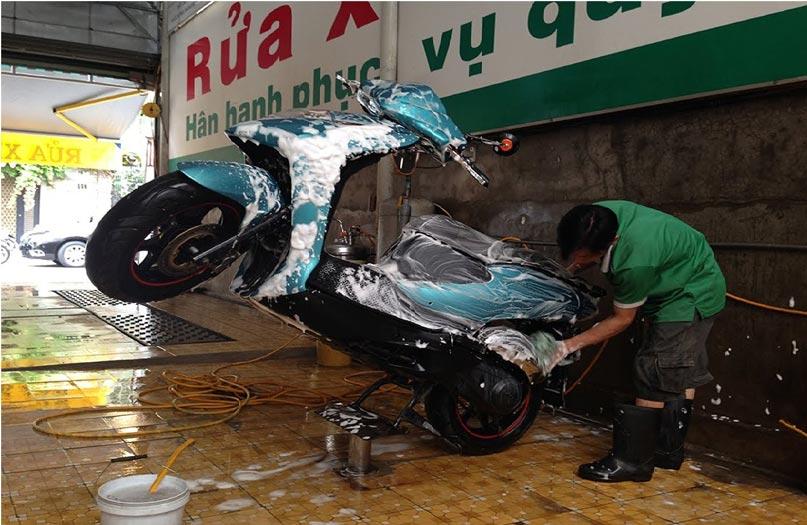 Ben nâng rửa xe