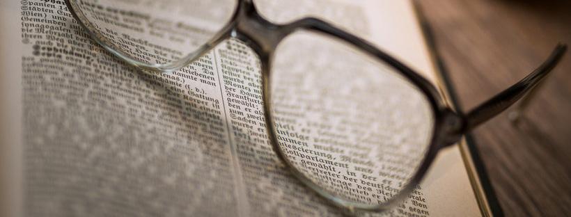 ảnh bìa facebook kính và quyển sách